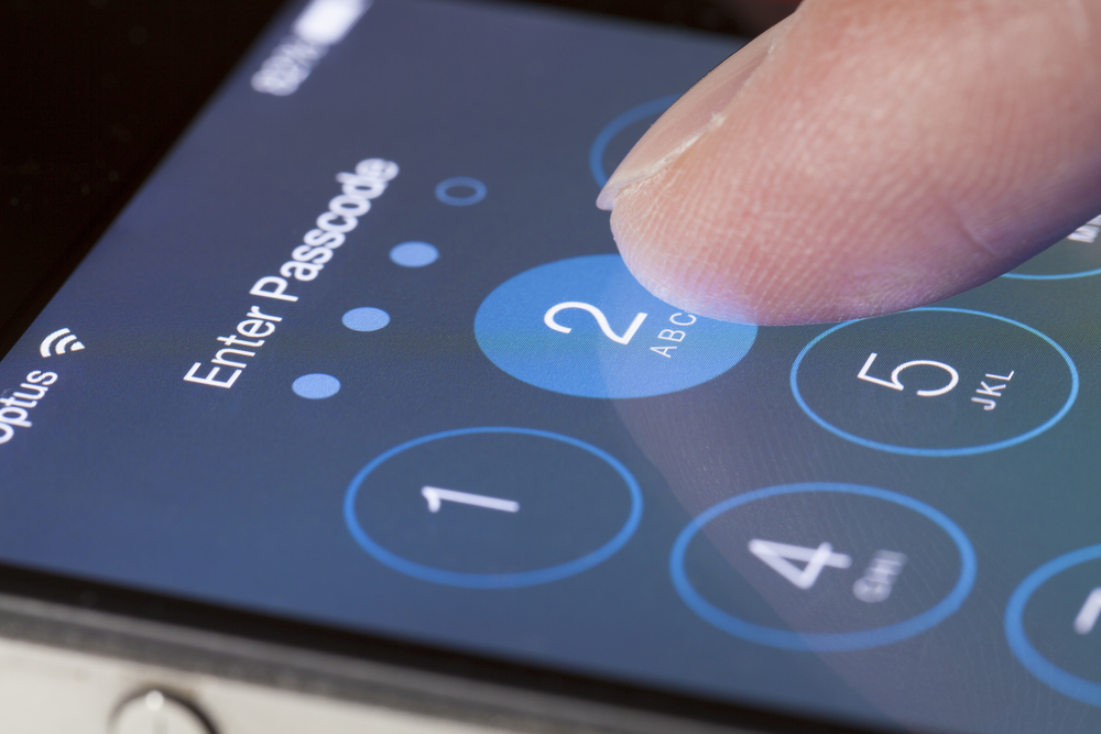 Apple refuses to budge despite threat of handing over source code